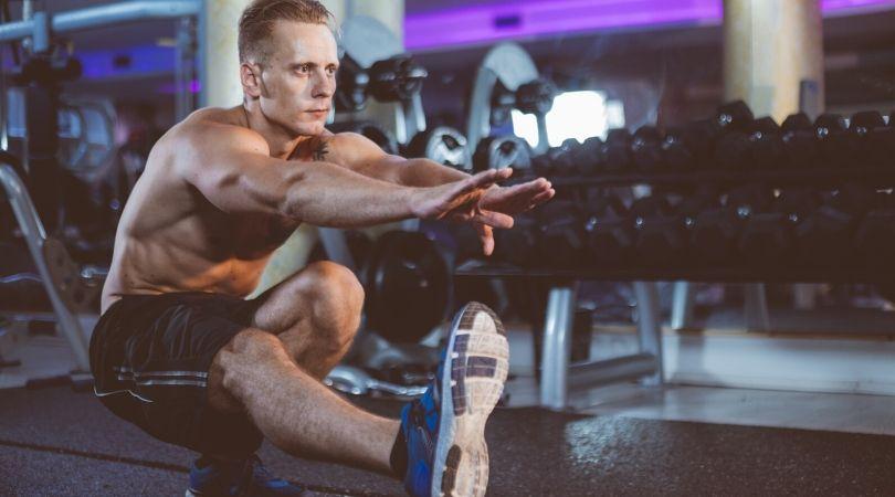 Правилно изпълнение на клекове и други упражнения за трениране на краката.