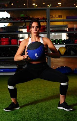 Клекове със свободни тежести задейства повече мускули.