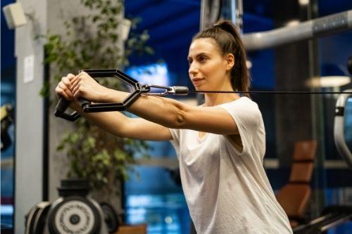 Упражнения за мъже и жени с кросоувър тренажор.
