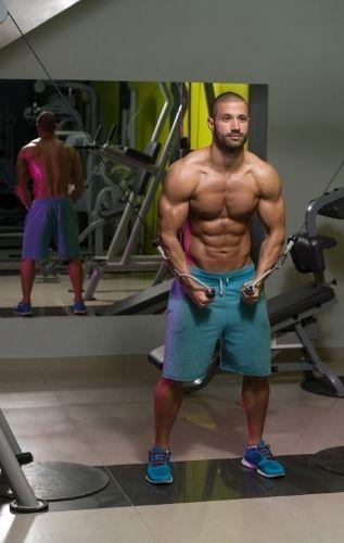 Кросоувър тренажор - ефективен фитнес уред за развиване на всички мускулни групи.