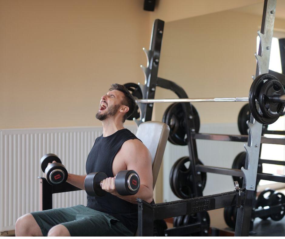 Фитнес уредите осигуряват постоянно напрежение и са по-добър избор за дроп сетове от свободните тежести.