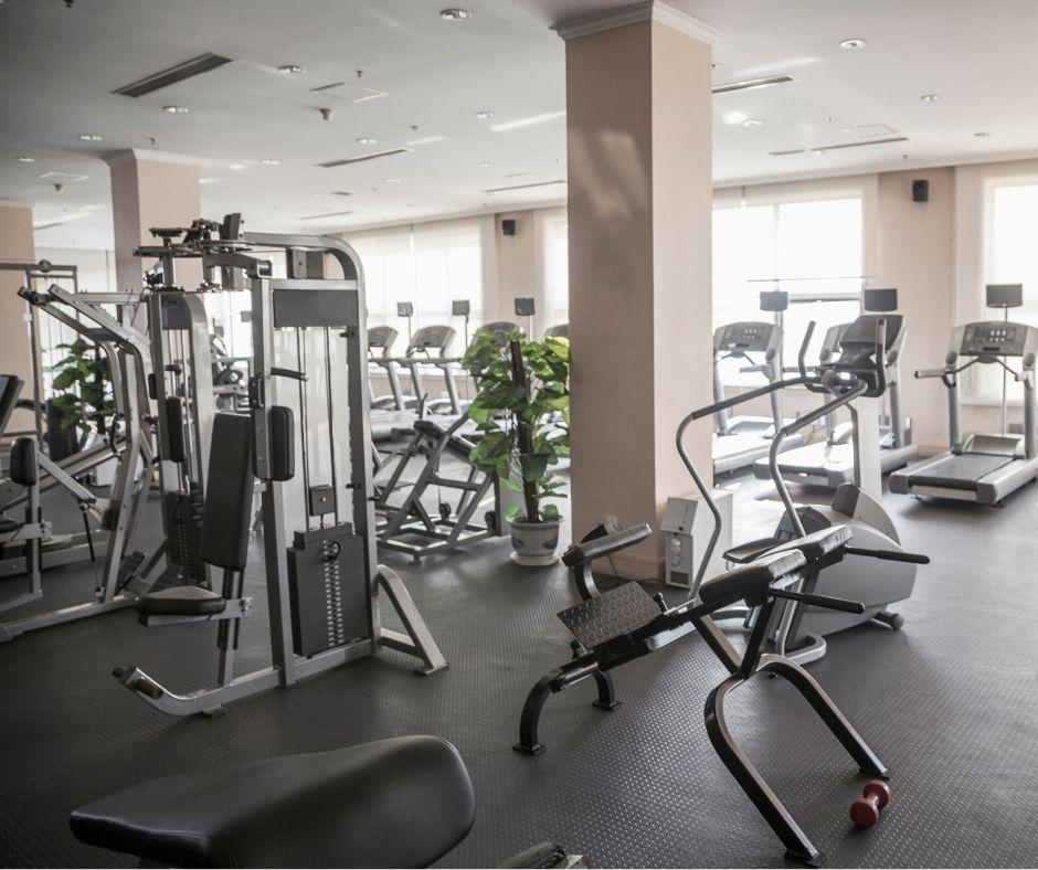 Фитнес уредите осигуряват по-голяма безопасност и по-силно натоварване на мускулите от свободните тежести, съответно тренировката с тренажори ще е по-ефективна.