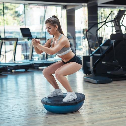 Предмиства и недостатъци на балансиращите упражнения с дъска или топка във фитнес залата.