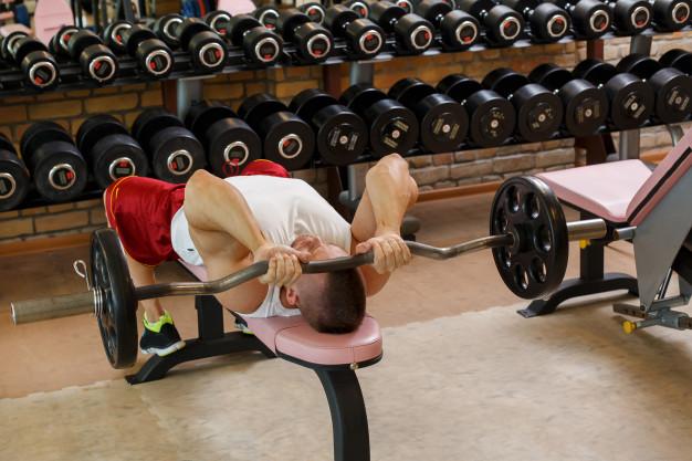 Вдигане на щанга от лег на наклонена нагоре или на хоризонтална пейка за увеличаване на мускулите на гърдите.