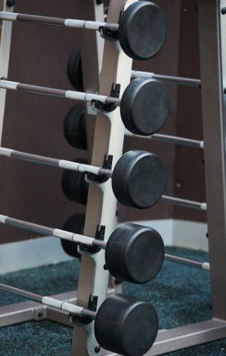 Упражнения със стойка за щанга за развиване мускулите на гърба.
