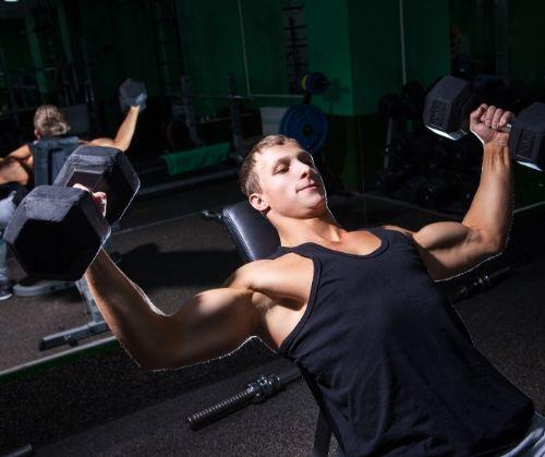 Вдигане на щанга за гърди с обратен захват за по-голяма ефективност на тренировките.