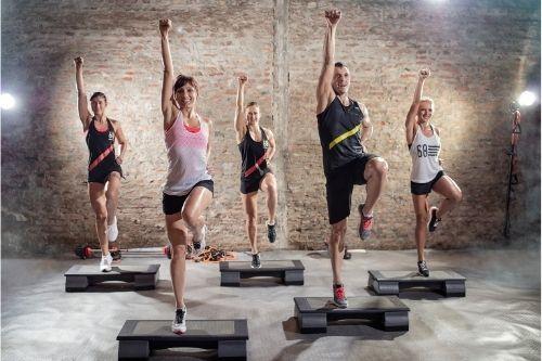 Популярен фитнес инвентар е степ платформата за аеробика и кардио тренировки.