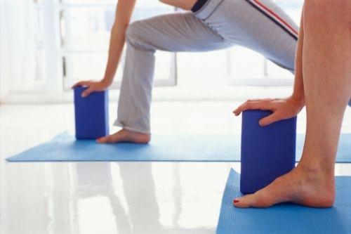 Йога блоковете са фитнес аксесоари за подпомагане изпълнението на асани.