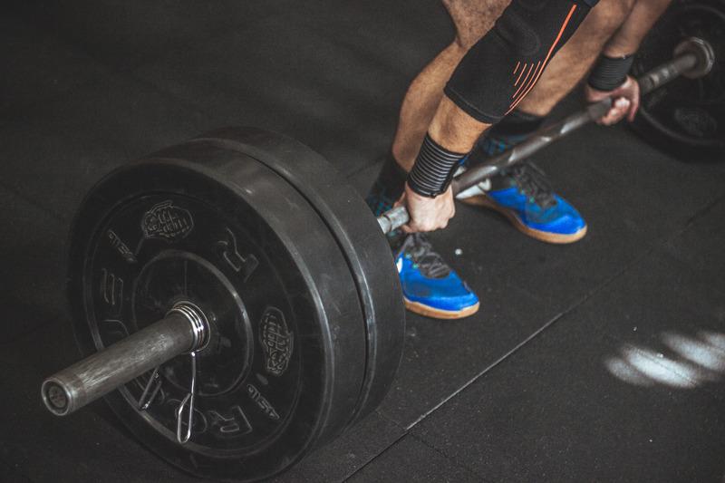 Дроп сетове с щанга до мускулен отказ за изграждане на силни и издръжливи мускули.