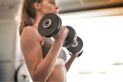 Домашни бодибилдинг упражнения и фитнес тренировки.