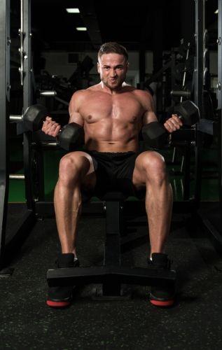 Вдигане на гири на наклонена лежанка, издърпвания на въже или други тежести за бицепс.