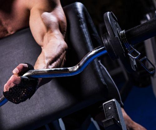 Вдигане на щанга за бицепс и набирания са страхотни упражнения за развиване на мускулите.