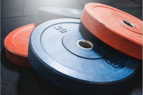 Какви дискове за щанга и гири за подходящи за начинаещите и какви - за професионалните спортисти.
