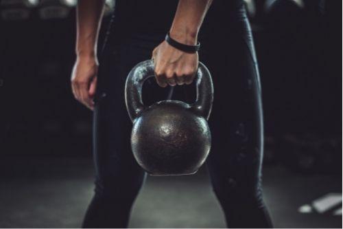 Дъмбелите са фитнес аксесоари за силови треирновки с фиксирана тежест.