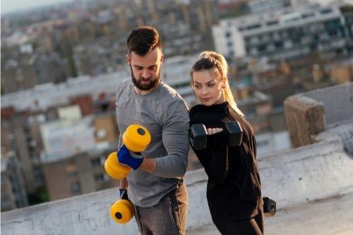 При упражнения за ръце за жени няма опасност да направят големи мускули.