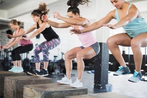 Кросфит е функционална тренировка, която съчетава високо интензивни упражнения от всички видове спорт.