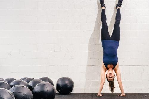 Кросфит е високоинтензивна тренировка, която съчетава силови и кардио тренировки с висока енергоемкост за развиване на всички мускули в тялото и всички спортни показатели - издръжливост, ловкост, сила и т.н.