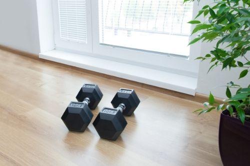 Гирите за кросфит задължително трябва да са шестостенни, за да не се търкалят по пода при високоинтензивни тренировки.