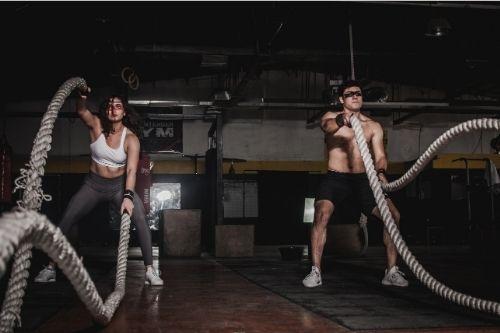 С бойните кросфит въжета се правят мощни упражнения за развиване мускулите на цялото тяло, силата, издръжливостта.