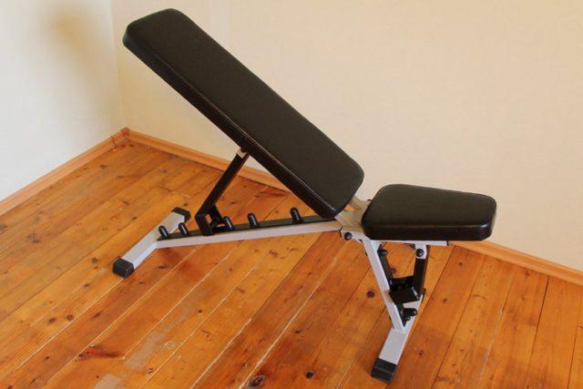 Лежанката за преси може да се регулира в зависимост от вида на упражненията