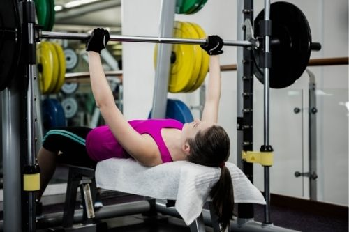 Видове лежанки - хоризонтална, наклонена, регулируема фитнес пейка.