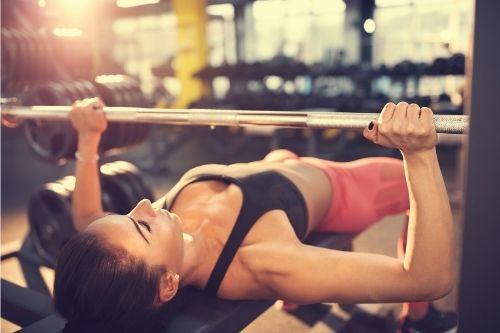 Ефективни упражнения за дома с фитнес уред лежанка.