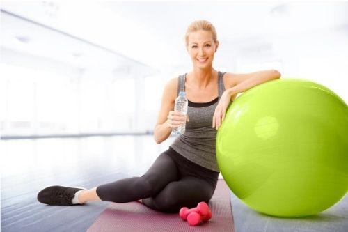 Фитбол е перфектен аксесоар за пилатес упражнения, който помага в тренировките за отслабване и стягане на тялото.