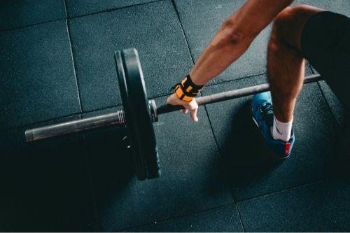 Гумените плочкин за настилка във фитнес клуба или спортната ала са добро решение и се чистят лесно.