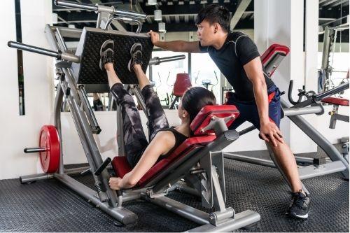 Упражнения с преса за крака за развиване на различни мускули спрямо поставянето на краката върху платформата.