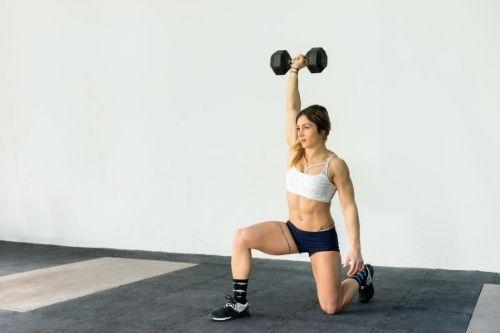 Напади, клекове с гири, силови упражнения за крака за секси и стегнато женско тяло.