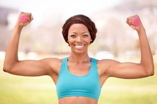 Супер сетове от силови тренировки за напреднали жени във фитнес залата и у дома.