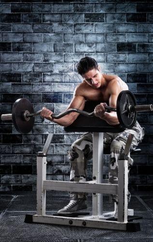 Упражнение за сгъване на ръце със скотова пейка за увеличаване размера на бицепсите и други мускули на ръцете.