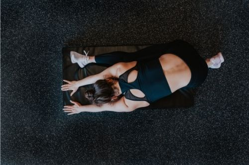 Предимства и недостатъци на стречинг тренировките преди силова или кардио тренировка.