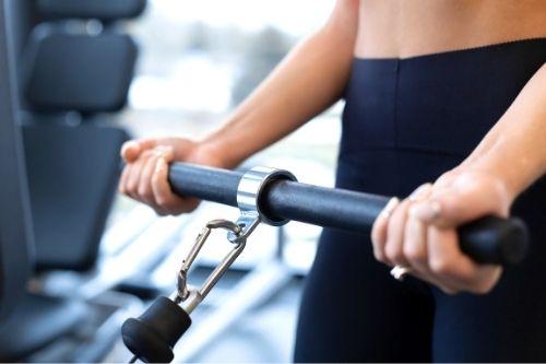 От вида на ръкохватката зависи кои мускули се тренират при тяга на долен блок в блоков тренажор.