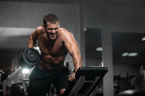 Тяга на гири с една ръка е упражнение, което увеличава размера на широките мускули на всяка страна на гърба поотделно.