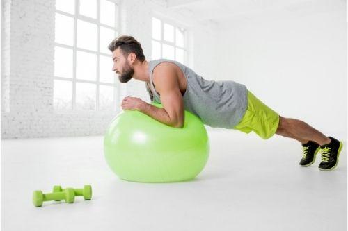 Фитбол упражнения с фитнес топка, ефективни за отслабване и стягане на тялото.