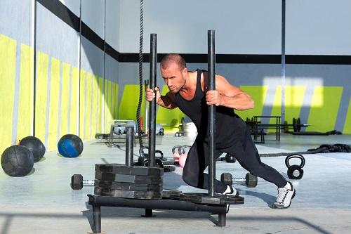 Три са базовите упражнения с кросфит шейна - бутане (тласкане) тяга с лицето напред и тяга с гърба напред.