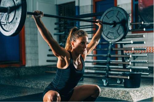 Стойки и поставки за фитнес аксесоари - щанга, гири и други - удобен уред и за клекове.