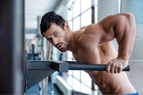 Усспоредката е страхотен силов уред за тренировки със собствено тегло в домашни условия.