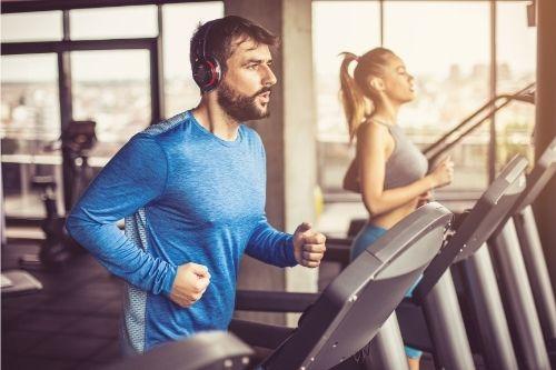Бягащата пътека е един от най-ефективните фитнес уреди за отслабване, стягане и тонизиране на тялото.