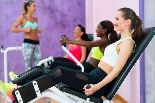 Аддуктор и абдуктор машини са фитнес уреди за трениране на вътрешната и външната част на бедрата и на седалищните мускули.
