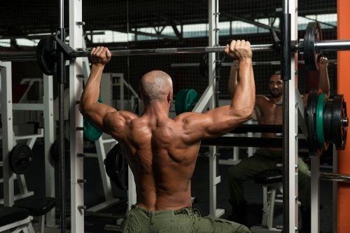 Машината на Смит е универсален силов фитнес тренажот, с който може да се тренира цялото тяло.