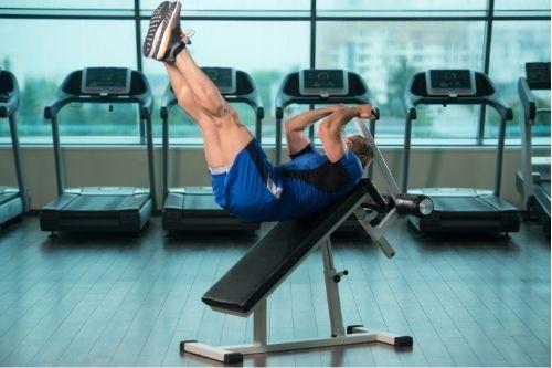 Как се тренира на пейка за коремни преси и какви видове упражнения могат да се правят на тези силови тренажори?
