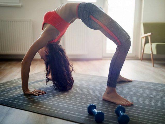 Мост - упражнение за жени за стягане на дъпето и бедрата.