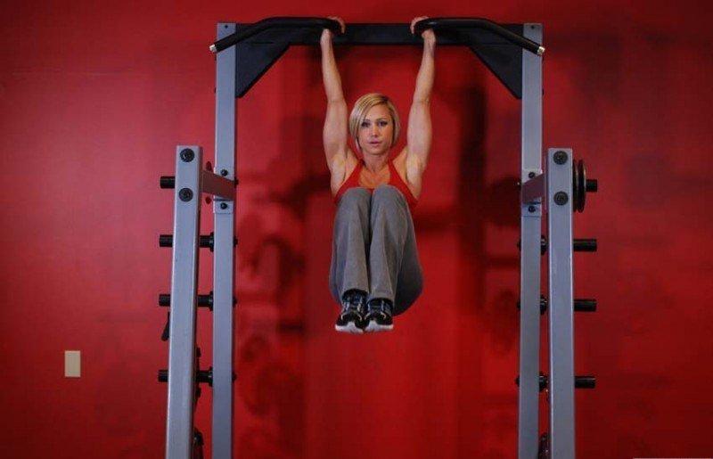 Тренировки за горната част на тялото - вдигания на колене на лост.