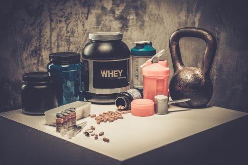 Нивото на тестостерон се повишава по естествен начин със здравословно хранене, специални хранителни добавки и с тренировки, а също и със секс.