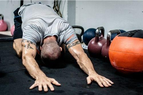 Загрявката преди тренировка, включително и преди стречинг, е задължителна, за да се избегне и намали рискът от травми.