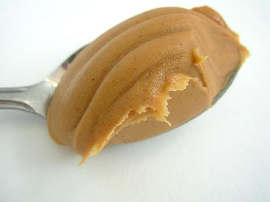 Фъстъченото масло е удобен източник на протеини на растителна основа, като доставя 8 грама протеин на порция.