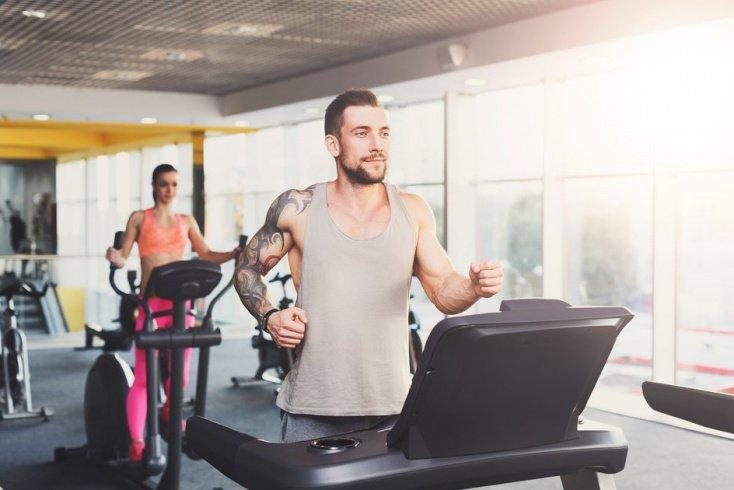 Първото, което трябва да направите за пръв път във фитнес зала, е да се качите на бягащата пътека.