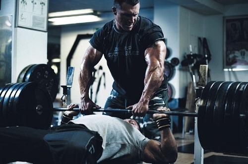 Базовите упражнения са основата за хубаво и съразмерно тяло, изолираните упражнения могат да са допълнение.